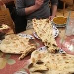 ラフィー インディアンレストラン - 大きなナン
