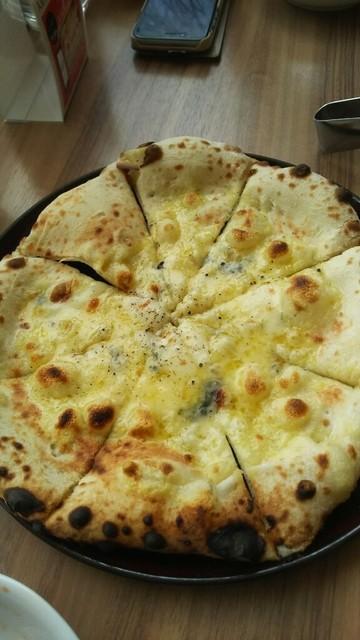 BLUCE - 二人前ランチ 4種チーズのピザ