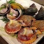 海物焼 新島水産 - 焼き貝3種で、大アサリ・サザエ・ヒオウギ貝