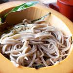 峠の茶屋 - 料理写真:本当の手打ちそばだから、太いのも細いのも交じって自由奔放!