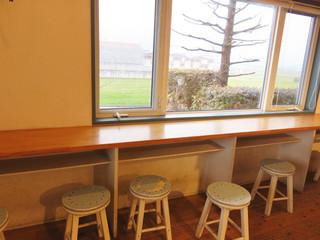 シェ サガラ - 店内にはイートインスペースもあります。 窓からは、耳納連山(みのうれんざん)が望めます。