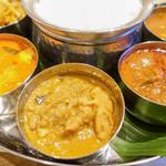 シリ バラジ - 左からフィッシュ、チキン、マトンカレー。