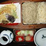 佐鳴庵 -   夫婦揃い  1575円    そばとうどんの相盛りに海老と野菜の天ぷらが付きます。
