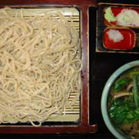 佐鳴庵 -  鴨せいろうそば 1418円 鴨肉を煮込んだ温かい汁に冷たい麺をつけます。