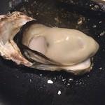 炎 - 焼き牡蠣のアップ‼️ 美味いな〜  味は生より焼きですね(^_^)