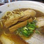 らーめん かつお拳 - スープ色、メンマは太い