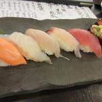 47937906 - この後宴会に出席しない社員は握り寿司の7貫盛り合わせ990円をペロリ。