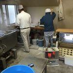 平木製麺所 - おじさんは向こうをむいてウドンを食べている.