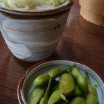 茂一そば - 料理写真:枝豆つまんでお蕎麦を待つ・・・