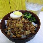 秋葉鶏排 - 魯肉飯は濃い目の味。