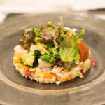 アガぺ カーザ マナカ - 佐島の真鯛のモロッコタブレ、南房総から春のサラダ仕立て。いろいろな具材が入ってて得した気分!もちろん美味い^^