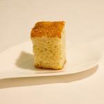 アガぺ カーザ マナカ - 塩加減が絶妙なフォカッチャ。オリーブオイルとバルサミコ酢につけて。お代わり自由です。