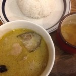 ピピテーブル - 鶏とナスのグリーンカレー