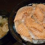 海鮮丼専門店 若狭家 - とろサーモン炙り丼 税込1000円、ほっこりみそ汁 無料