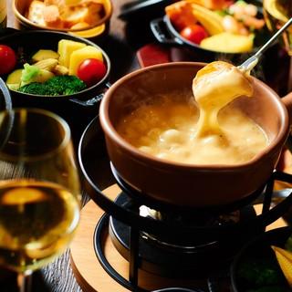 大人気のチーズフォンデュは手間ひまをかけた一品。