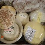 吉田牧場 - チーズの詰め合わせですが、カチョカバロの巨大さに圧倒されます