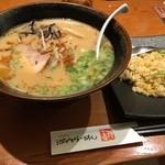 河内らーめん 喜神 - 醤油とんこつらーめん+ハーフ炒飯付き(972円)