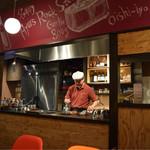 WINE×鉄板料理 ば~る - マスターの調理風景(掲載承諾済み)