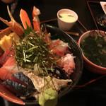 一歩 - 特盛海鮮丼(1800円)小鉢、茶碗蒸、かに汁、漬物付き