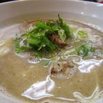 麺工房 海練 - 魚介豚骨ラーメンのアップ