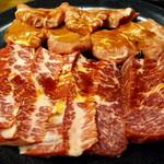 焼肉牛鉄 ふく家 - 豚ホホ(奥)、牛ハラミ(手前)