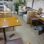 カキ小屋フィーバー - 店内の様子です。4人掛けのテーブル席が 6卓あります。