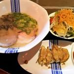 48009656 - 昼らーセット(昼らー元味、サラダ、一口餃子)