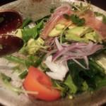 黒木屋 - 生ハムとアボカドのサラダ 745円
