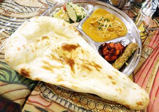 インド・ネパール料理 ナラヤニ - デカいナン! (^∀^)ノ