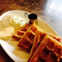 アマゾン - 生クリームとバターたっぷりの手作りワッフル