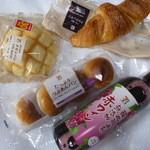 セブンイレブン - 料理写真:メロンパン、クロワッサン、つぶあんパン、酸化防止剤無添加ワイン赤