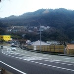 凡蔵 - 中央の屋根が凡蔵、背後(南)は高取山
