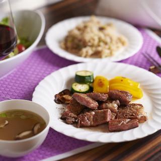 コース・ランチ・お弁当。いずれにも、上質な肉を惜しみなく使用