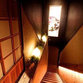 個室接待・打ちたて蕎麦 永山 - 1階から2階へ上がる階段です。入口から階段までも演出しております。ご宴会の幹事様へのお手伝いをさせて頂きます。
