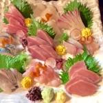 花門 - 料理写真:当店で人気の刺身盛り合わせ。一人前   1200円から