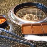 あみやき亭 - 最初に置かれるトングとおしぼりタレ皿