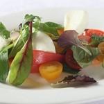 ラ・ベルデ - 【Tapas】完熟トマトともちもちモッツァレラのカプレーゼ