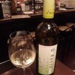48090026 - 白ワインをボトルで