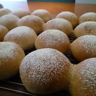 当店自慢の自家製全粒粉のパン。ランチ・ディナーとご一緒に♪