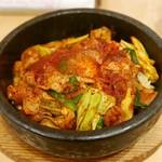 李朝園 - 料理写真:石焼きピリ辛ホルモン丼 大盛(880円)