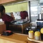 キタカタラーメン麺小町 西宝町店 - カウンターから厨房