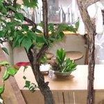 はぐら茶屋 - 店内奥から見たテーブルとカウンターです。