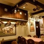 スペイン料理銀座エスペロ - ハンガーがたくさんかけられています。