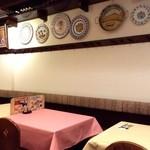 スペイン料理銀座エスペロ - お皿がたくさん飾られています。