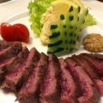 48108988 - 馬肉のヒレステーキ。柚子胡椒をつけて食べる。極ウマ(馬だけに)。付け合わせに至るまで完ぺきな盛り付けにも感心。