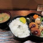 松風 - 丁度昼時だったんで地下のレストラン街にあるお店はほぼ満席、私はカウンターを使って食事です。   暫く待つと松風弁当780円の完成です。