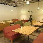 cafe&dining fleur - 広々としたお席でゆっくりくつろげます
