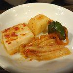 ニクアザブ 六本木店 - キムチ盛り合わせは、酸味はほとんどなく、甘味と辛味のバランスが良く非常に食べやすく仕上げています。