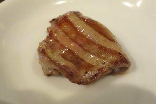 ニクアザブ 六本木店 - まずはタン塩から食べてみると、タン自体に旨味がしっかり、そしてネギダレも中々の美味しさです。
