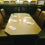 鉄板焼 天 本丸 - ゆったり座れる4〜6〜名様のテーブル席